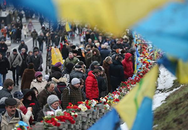 2月20日,烏克蘭人在首都基輔隆重紀念「尊嚴革命」一週年。(Sean Gallup/Getty Images)