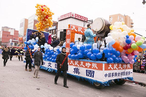 大紀元新唐人花車喜氣洋洋 觀眾喜愛