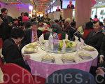 """旅法印支华人会馆部分成员在""""新中国城大酒楼""""聚餐,共庆羊年。(金湖/大纪元)"""