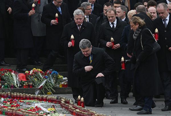 2月22日,烏克蘭總統彼得·波羅申科、德國總統約阿希姆·高克和歐洲理事會主席圖斯克等一同出席紀念「尊嚴革命」一週年的活動。(Sean Gallup/Getty Images)