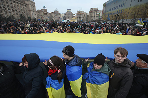 2月22日,烏克蘭人在首都基輔紀念「尊嚴革命」一週年的活動仍在繼續。(Sean Gallup/Getty Images)