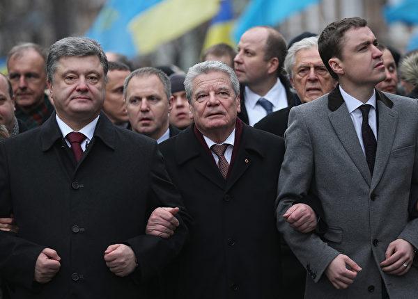 2月22日,烏克蘭總統彼得·波羅申科(左)和德國總統約阿希姆·高克(中)並肩參加紀念「尊嚴革命」的遊行。(Sean Gallup/Getty Images)