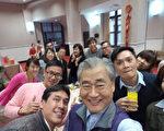 大年初八,中华民国行政院长毛治国(前中)26日与媒体餐叙,应媒体要求,拿着自拍器,相当熟练与媒体玩起自拍,且连拍好几张。(行政院提供)