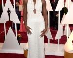 上届奥斯卡最佳女配角得主露琵塔尼咏欧(Lupita Nyong'o)的珍珠礼服遭窃。图为露琵塔尼咏欧身着珍珠礼服参加今年好莱坞第87届奥斯卡颁奖典礼。(Frazer Harrison/Getty Images)