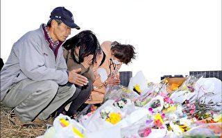 日本神奈川縣一名13歲少年2月20日遭人刺殺身亡,圖為民眾27日在少年遇害地點獻花祈禱。 (AFP)