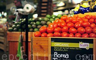 研究显示,越来越多生产天然、有机产品的小商家的产品开始从特色食品商店进入主流大型超市,正在改变传统杂货店以大厂品牌为主的生态。图为一家超市的有机蔬菜部门。(景浩/大纪元)
