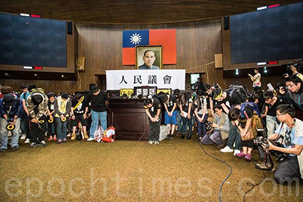 太陽花學運10日傍晚退場,學生們在立法院議場中深深一鞠躬感謝外界的支持。(陳柏州/大紀元)