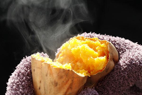 地瓜是上乘的排毒食物。不过,油炸地瓜含大量油脂和卡路里,是最不健康的饮食方式。建议改食用水煮地瓜或烤地瓜。(fotolia)