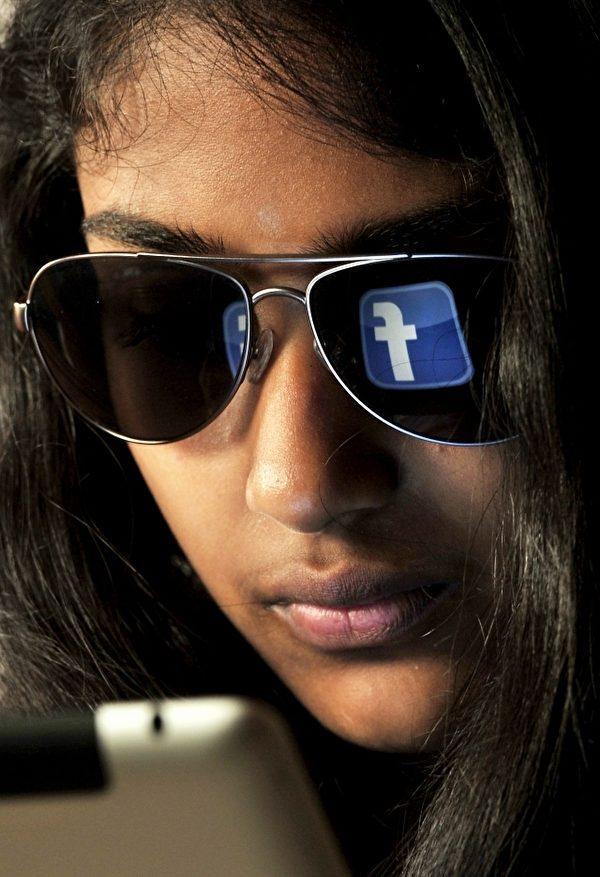 眼睛不離手機,小心乾眼症。(AFP)