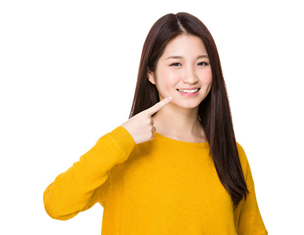 女子手指指向她的牙齒(fotolia)