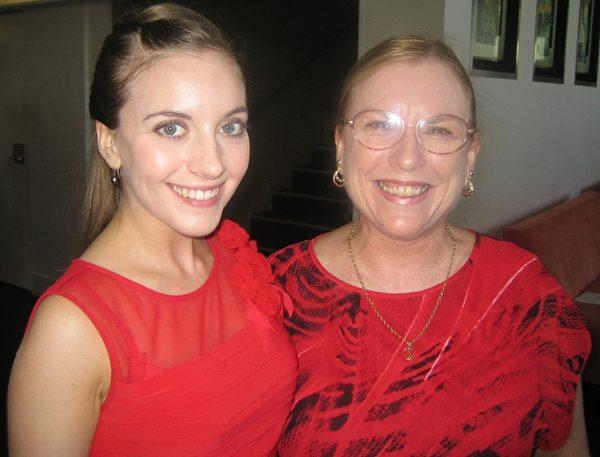 黄金海岸的电影演员Miriam Gosling和母亲Glenys一同观赏了2月1日的神韵演出。(陈紫吟/大纪元)