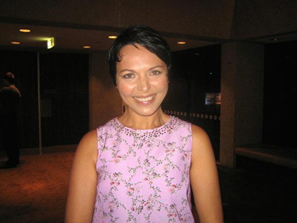 2月3日晚,澳洲著名传统西方画画家Anna Rubin在布里斯本观赏了神韵演出。(陈紫吟/大纪元)