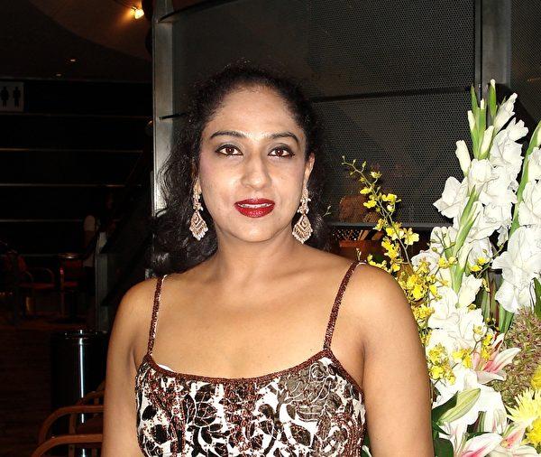 悉尼印度社区著名宝莱坞民族舞蹈家Jyoti Bhardwaj Dixit,于2015年2月7日晚,在悉尼帝苑剧场,第六次观看了神韵艺术团的演出。(纪芸/大纪元)