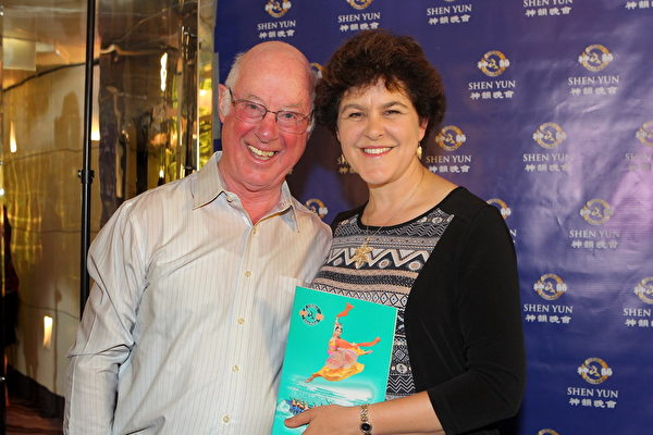 2月28日下午,澳大利亚勋章得主、著名的合唱与器乐指挥家Douglas Heywood先生和太太Alexandra Cameron观赏了今年的神韵演出。(陈明/大纪元)