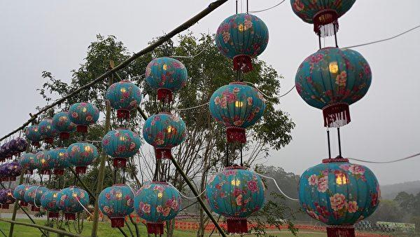 宝山乡独特的客家花布灯笼,越夜越美丽。(林宝云/大纪元)