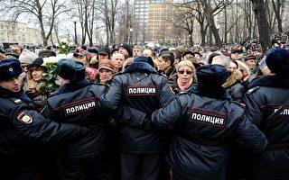 組圖:俄反對派涅姆佐夫葬禮 民眾悼念絡繹不絕