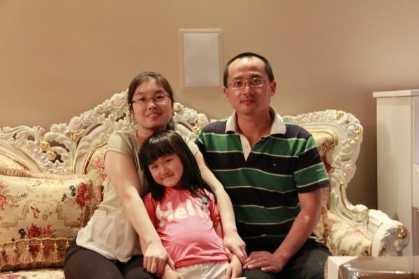 丁华和先生、女儿的照片。(王义琦提供)