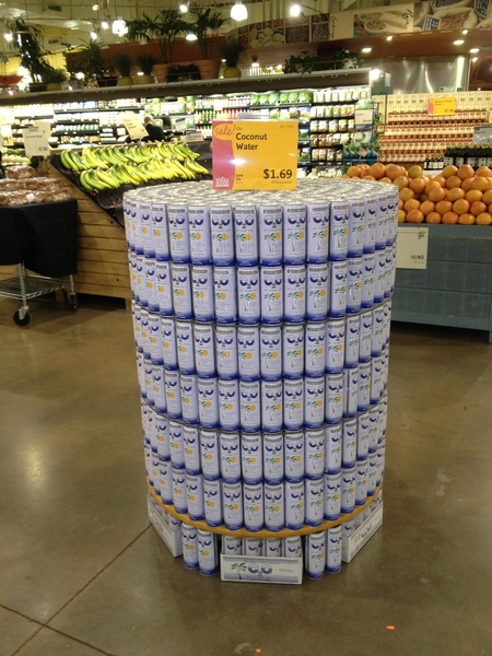美国超市把C2O独立摆放在显眼处,显示其热卖盛况。(图:信男国际贸易提供)