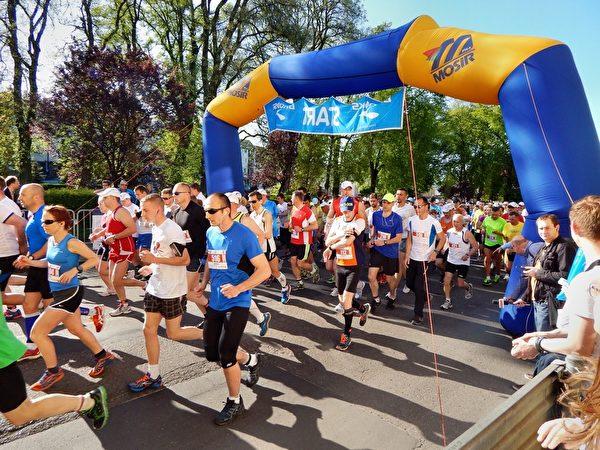 马拉松赛跑中,补充天然椰子水,无疑是最好的运动饮料。(图:信男国际贸易提供)