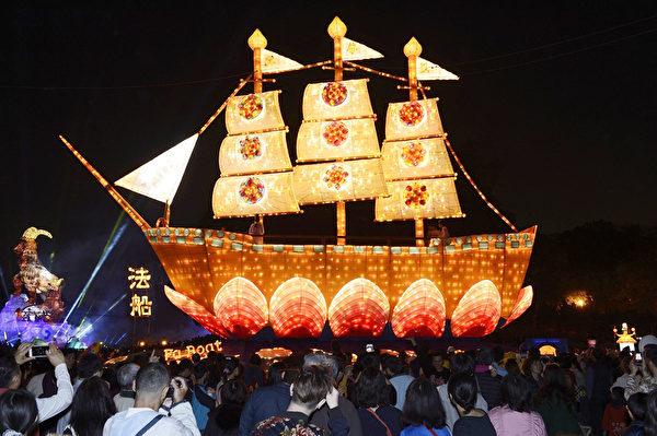 金碧輝煌的《花燈法船》在臺灣燈會臺中燈區登場,民眾讚歎,紛紛拍照留念。(蘇玉芬/大紀元)
