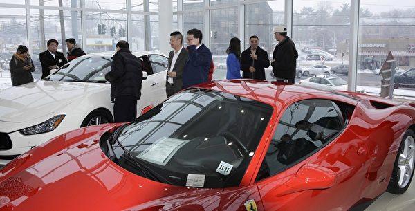 Gold Coast Maserati 纽约大颈车行开业,众多华人前来参加开幕仪式,与豪华跑车零距离接触,许多人现场报名预约试驾。(Andy Chen/大纪元)
