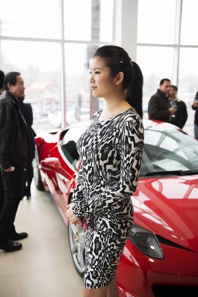 Gold Coast Maserati 纽约大颈车行开业,众多华人前来参加开幕仪式,与豪华跑车零距离接触。(Andy Chen/大纪元)