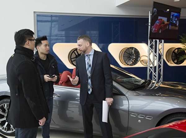 Gold Coast Maserati 纽约大颈车行开业,众多华人前来参加开幕仪式,与玛莎拉蒂零距离接触。(Andy Chen/大纪元)