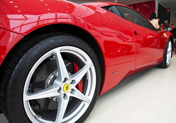 Gold Coast Maserati 纽约大颈车行开业,众多华人前来参加开幕仪式,与豪车零距离接触。(Andy Chen/大纪元)