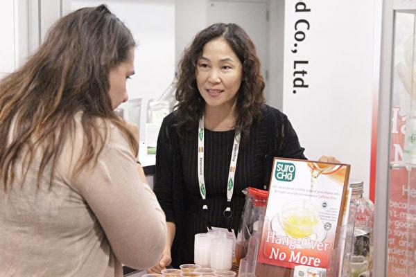 展會觀眾到韓國館品嚐韓式茶飲 Suro Cha。(張岳/大紀元)