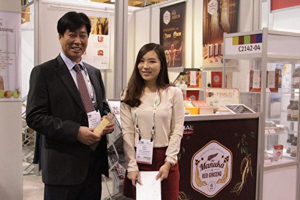 韓國麥盧卡紅蔘公司總裁Hyuk Dae Kwon(左)與副經理Minji Park(右)。(張岳/大紀元)