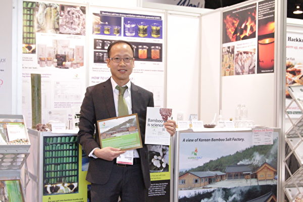 韓國鹽公司總裁朴時佑(Si-woo Park)著有《竹鹽是科學(Bamboo Salt is Science)》一書。(張岳/大紀元)