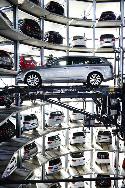 德國大眾汽車公司沃爾夫斯堡工廠的停車塔。(Alexander Koerner/Getty Images)