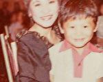 阿ken幼稚园时与小燕姐合照。(台视提供)