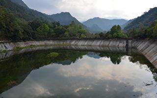 奧萬大調整池注滿水 綠水倒映青山白雲