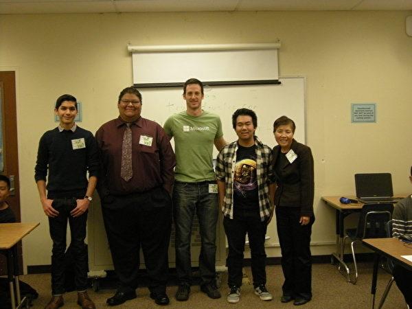 喜瑞都社区大学校董刘昕与微软公司软体工程师图利波(Adam Tuliper)率领5位大学生,12日在蒙地贝罗学区的梅西(Macy)中学指导程式编码课程。(刘昕提供)
