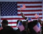 美国公民及移民服务局(USCIS)官员日前表示,如果联邦法院裁决奥巴马总统的移民改革行政令有效,为执行这项法令,移民局未来将需要新增雇员3100名,每年用于处理非法移民解除遣返申请案的费用将达4.84亿美元。(John Moore/Getty Images)
