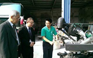三信家商董事长林昶彤(中)与校长吴泽民(左),为确保新购校车品质至车厂关心新购校车之进度,听取车厂经理解说。(三信家商提供)