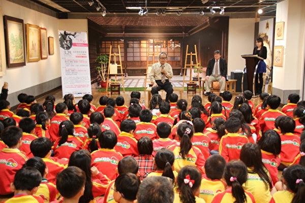 在地资深艺术家黄照芳老师诉说画都故事,带领复国幼稚园120位小朋友,进入陈澄波、林玉山画中世界,踏访台湾30年代的小镇风光。(嘉义市政府提供)
