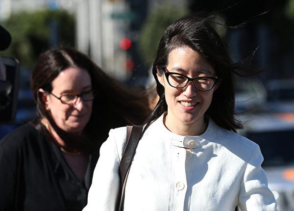 2015年3月27日,硅谷女高管鲍康如(右)诉前雇主凯鹏华盈性别歧视案以败诉结案。图为鲍康如和代理律师在宣判后走出旧金山高级法院。(Justin Sullivan/Getty Images)