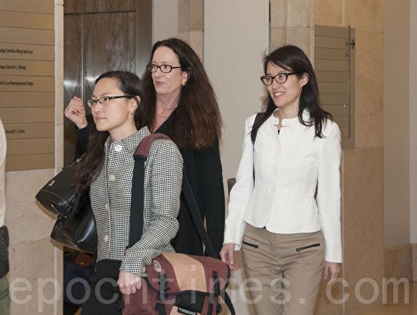 图:美国硅谷KPCB创投公司前华裔合伙人鲍康如(Ellen Pao)在控告公司性别歧视案中败诉。图为鲍康如(右)3月27日在律师陪同下进入法庭。(周凤临/大纪元)