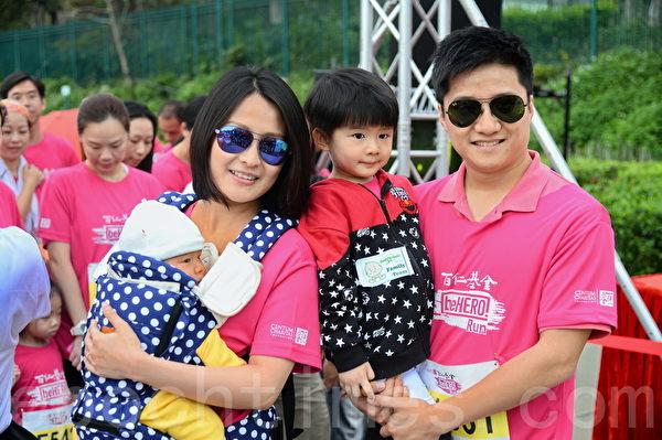 陈倩扬胸前背着孩子,跟丈夫同三岁大儿子一齐参赛。(宋祥龙/大纪元)