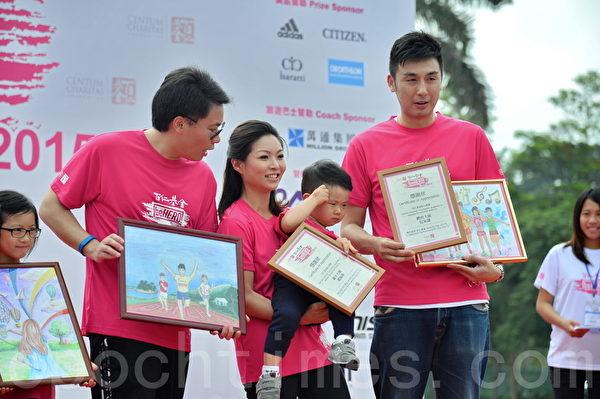 前香港新闻主播及记者赵海珠(中)和儿子陈彦熹。(宋祥龙/大纪元)