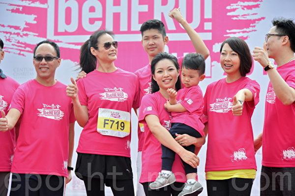 马诗慧(左二)带着儿子、前香港新闻主播及记者赵海珠和儿子陈彦熹。(宋祥龙/大纪元)