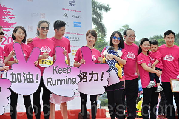 马诗慧和儿子、前香港新闻主播及记者赵海珠和儿子陈彦熹等艺人参与慈善跑活动。(宋祥龙/大纪元)