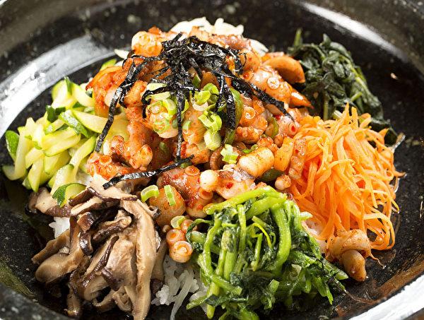 章鱼蔬菜石锅拌饭。(张学慧/大纪元)