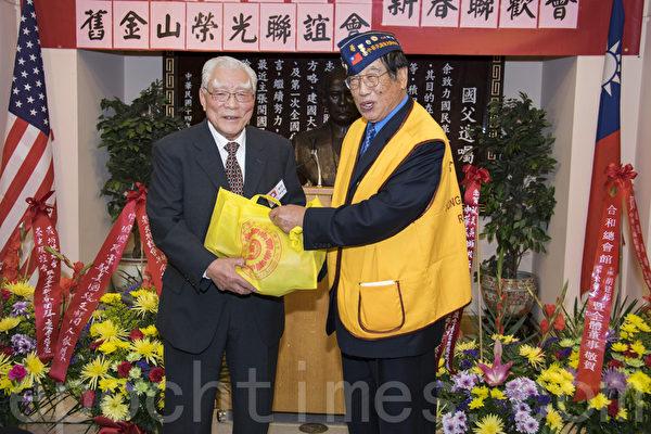 高文俊會長(右)向朱安琪先生贈送紀念品。(曹景哲/大紀元)
