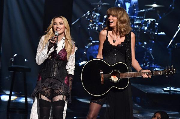 瑪丹娜(Madonna)演唱新歌,泰勒絲(Taylor Swift)用吉他為她伴奏。(Kevin Winter/Getty Images)