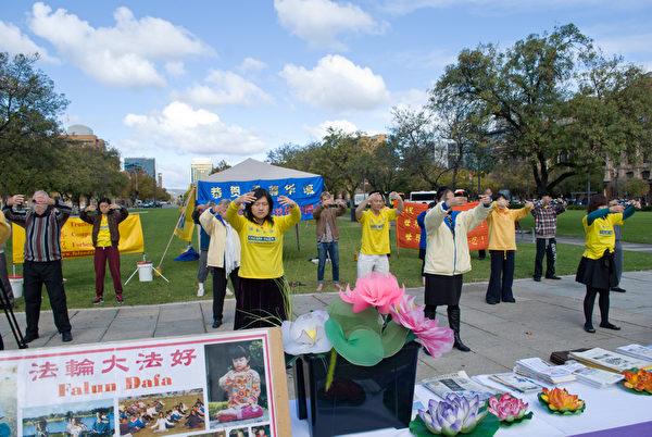 2012年5月12日,澳大利亞南澳省法輪功學員聚集在阿德雷德維多利亞廣場,恭祝李洪志大師華誕,慶祝5.13世界法輪大法日。(張曉梅/大紀元)