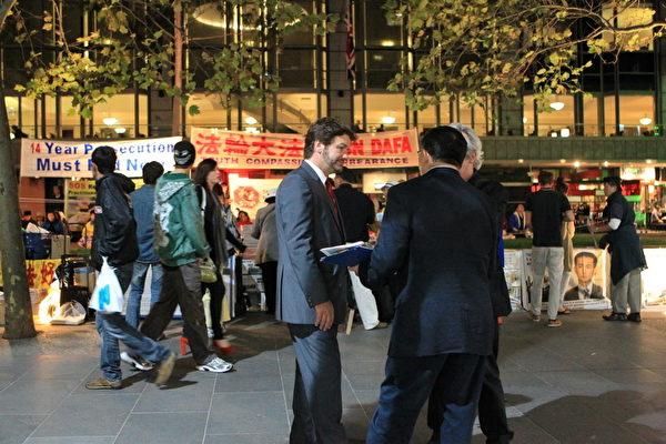 2013年4月25日晚上6點至8點,墨爾本部份法輪功學員在市政廣場舉行燭光活動,紀念「4.25」北京和平上訪日。(陳明/大紀元)