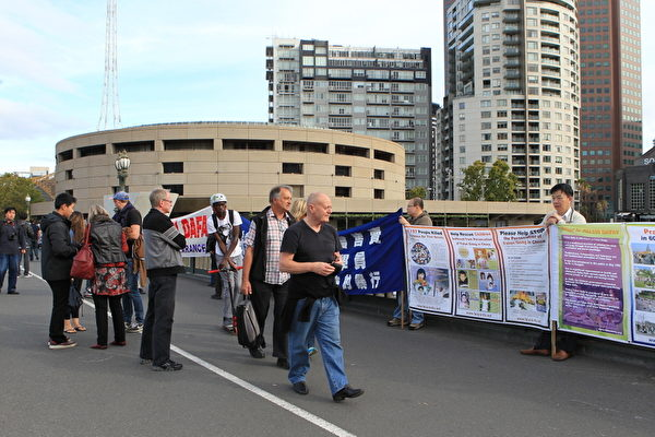 為紀念「4‧25和平大上訪」,近百名墨爾本法輪功學員於2013年4月25日聚集在市中心王子橋,築起真相長城,過往行人紛紛駐足瞭解真相。(陳明/大紀元)
